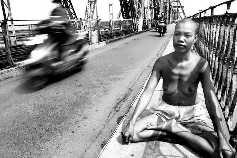 Mui sits on the Long Bien Bridge and meditates.